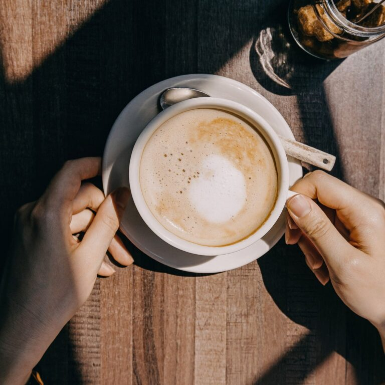 Disa arsye pse nuk duhet të pini asnjëherë kafe me stomakun bosh