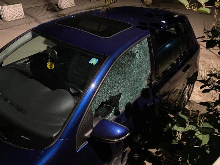 Shoshë nga plumbat/ Si duket makina e gazetarit që u qëllua me armë (Foto)