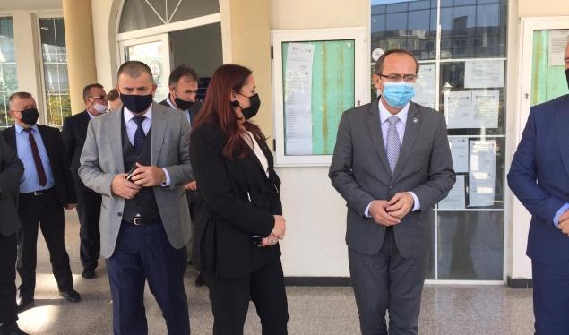 Hoti garanton: Nuk do të preket karakteri unitar i Kosovës
