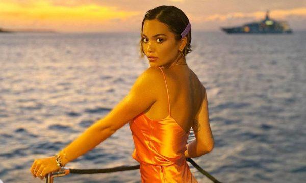 Sensuale me fustanin e ngushtë, Rita Ora 'çmend' fansat me look-un joshës (Foto)