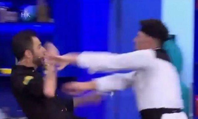 Video/ Konkurrenti nuk përmbahet, përplas në tokë shef Renaton