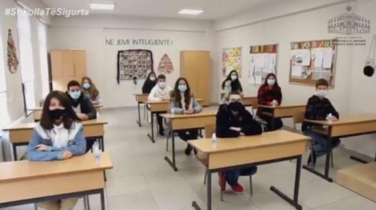 Nga sot ora e mësimit zhvillohet 45 minuta/ Për herë të parë pas dy vitesh nxënësit shijojnë pushimin e gjatë