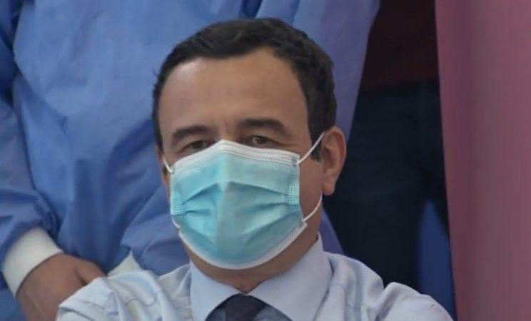 Kurti, qytetari i parë në Kosovë që merr dozën e AstraZeneca-s