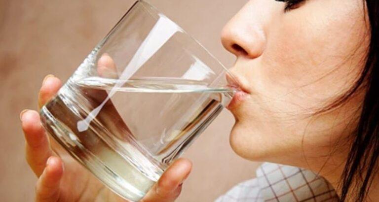 Mësoni arsyen shkencore pse nuk duhet të pini ujë para se të flini