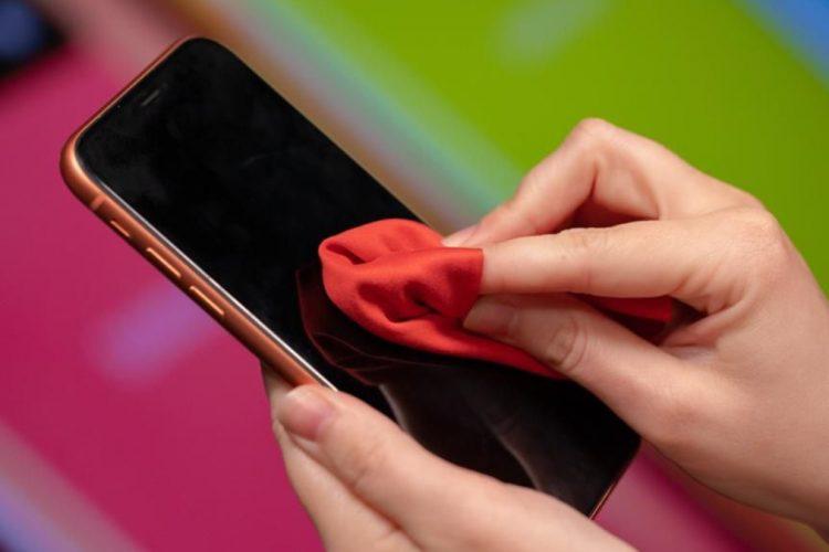 Mënyra e duhur për të dezinfektuar telefonin tuaj