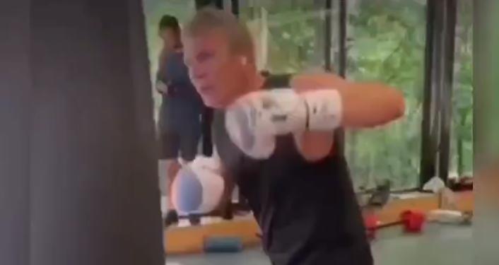 Gjiknuri 'heq kollaren' dhe i futet boksit/ VIDEO e deputetit siç nuk e keni parë asnjëherë