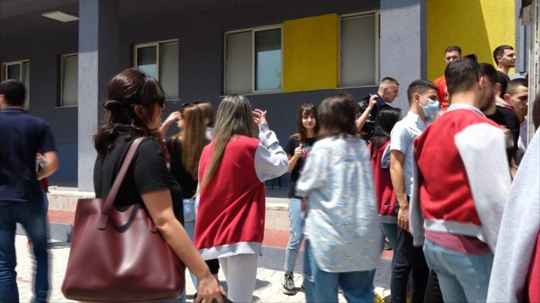 """""""Ishte bombë""""! Maturantët dalin të dëshpëruar pas provimit të Matematikës: Ministria u tall me ne!"""