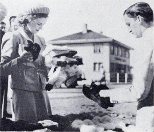 Fotografia e rrallë e Mbretëreshës Geraldinë më 1939, momenti kur ndalet buzë rrugës për të bërë pazar në Norvegji