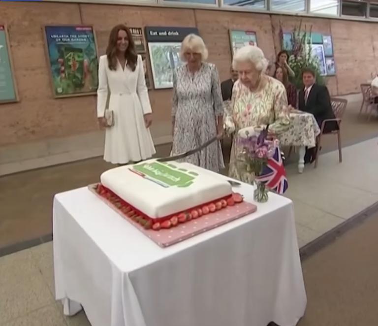 Mbretëresha Elizabeth tenton të presë tortën me shpatë, e përdor mbrapsht (Video)