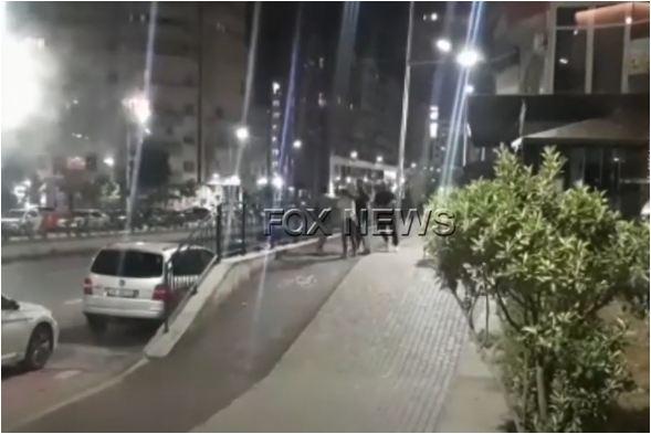 I godasin dhe i pështyjnë, pamjet e rënda të rrahjes së dy vajzave në Tiranë (Video)