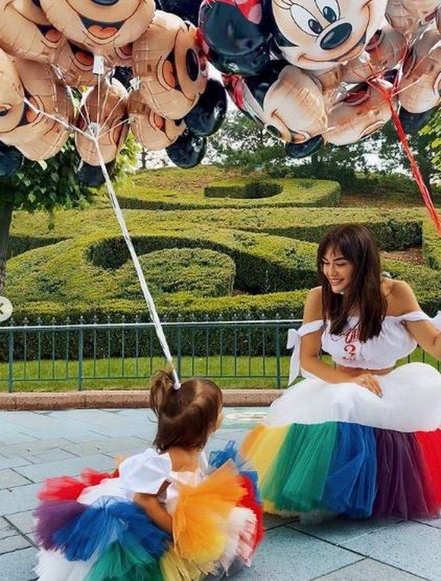Besi dhe Xhensila festojnë ditëlindjen e Ajkës në Disneyland (Foto)