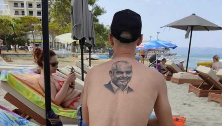 I riu bën tatuazh në kurriz portretin e kryeministrit Rama dhe i drejtohet plazhit (Foto)