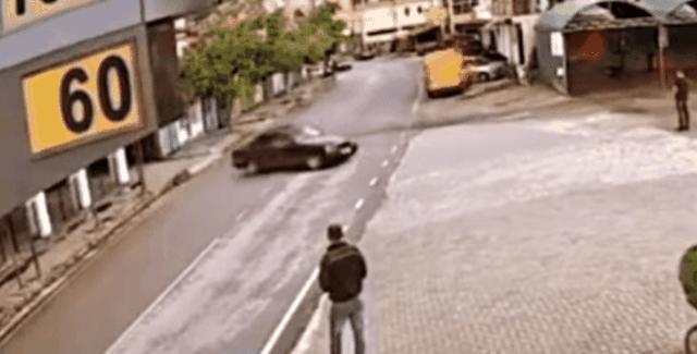 Drift me makinë dhe xhirim gomash në mes të rrugës, të riut i shkon ters gjithçka (Video)