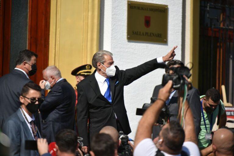 FOTO/ Me maskë anti-Covid dhe dy gishtat lart, momenti kur Berisha hyn në Kuvend si deputet i pavarur