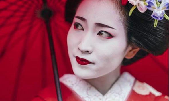 """Geishat, kush janë """"zonjat argëtuese"""" enigmatikë të Japonisë"""