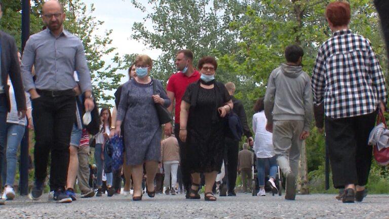 Shtyhet ndalimi i grumbullimeve deri më 20 shtator/Lejohen jo më shumë se 50 persona