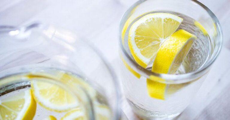 Nuk është uji me limon, këto janë lëngjet që të dobësojnë më shumë