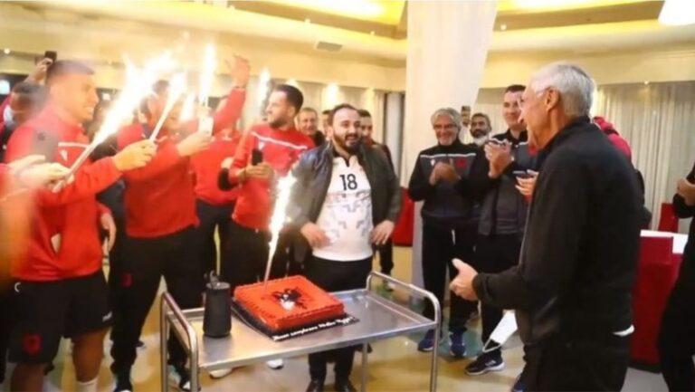 Edi Reja feston ditëlindjen, Kombëtarja kuqezi i organizon surprizën që nuk e kishte imagjinuar (VIDEO)